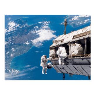 Carte Postale Promenade de l'espace d'astronaute au-dessus de la