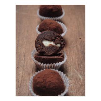 Carte Postale Rangée des truffes de chocolat sur le bois