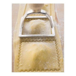 Carte Postale Ravioli avec le coupeur de pâtisserie, fin