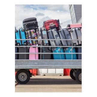 Carte Postale Remorque sur l'aéroport rempli de suitcases.JPG