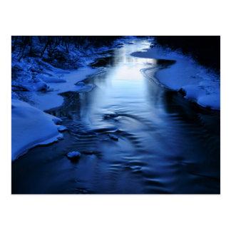 Carte Postale Rivière glaciale et neigeuse avec le bleu d'hiver