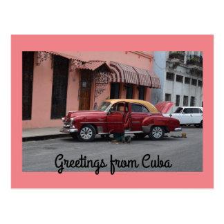 Carte Postale Salutations du bâtiment rouge de rose de voiture