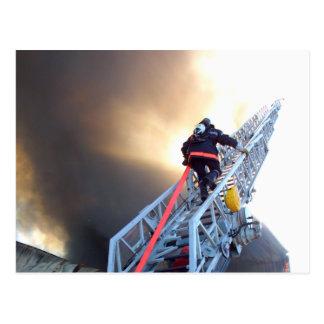 Carte Postale Sapeurs-pompiers montant l'échelle