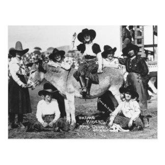 Carte Postale Sept cow-girls de rodéo posant en plaisantant avec