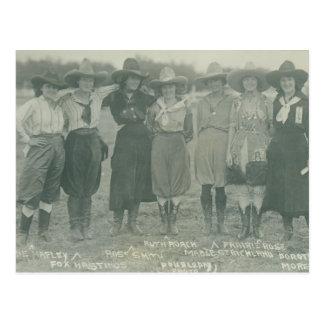 Carte Postale Sept cow-girls de rodéo posant pour une