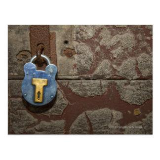 Carte Postale Serrure antique en métal sur le mur en pierre