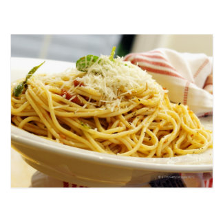 Carte Postale Servir une cuvette de spaghetti avec la sauce