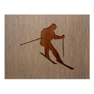 Carte Postale Silhouette de ski gravée sur la conception en bois