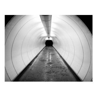 Carte Postale Singapour. Un tunnel piétonnier lumineux dedans