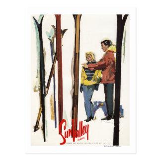 Carte Postale Skis se levant dans la neige à côté de l'affiche