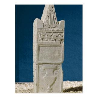 Carte Postale Stele votif avec un fronton triangulaire