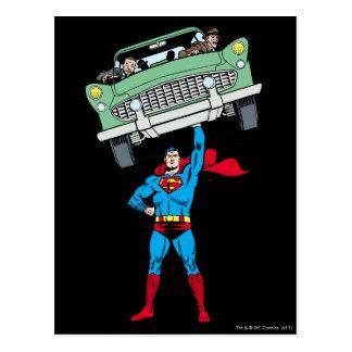 Carte Postale Superman tient une voiture