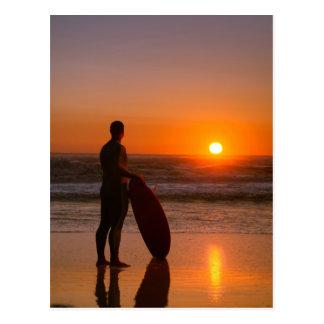 Carte Postale Surfer observant les vagues