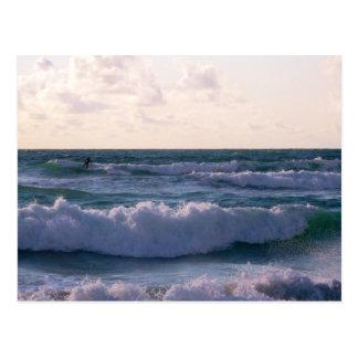 Carte Postale Surfer solitaire à la plage Newquay les