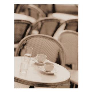 Carte Postale Tasses et verres de café sur un Tableau de café de