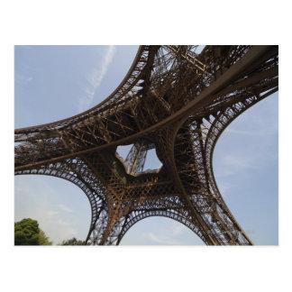 Carte Postale Tour Eiffel à Paris, vue d'angle faible