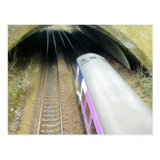 Carte Postale Train pourpre, voies de chemin de fer, tunnel,