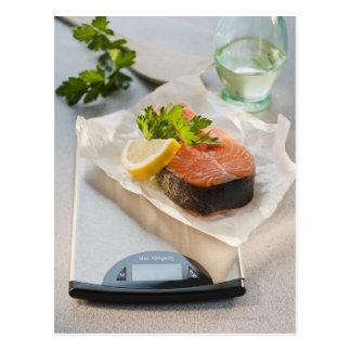 Carte Postale Tranche de saumon sur l'échelle de poids
