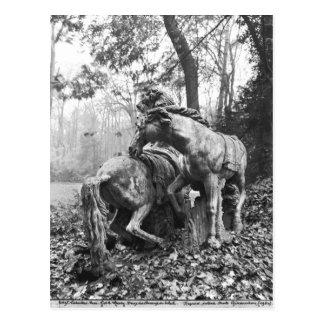 Carte Postale Tritons toilettant deux chevaux du soleil dedans