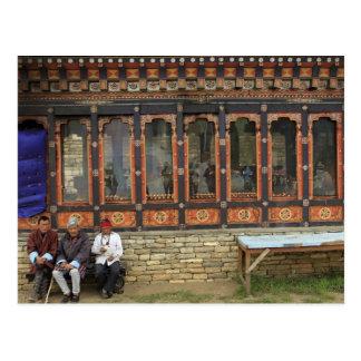 Carte Postale Trois hommes s'asseyent sur un banc chez le