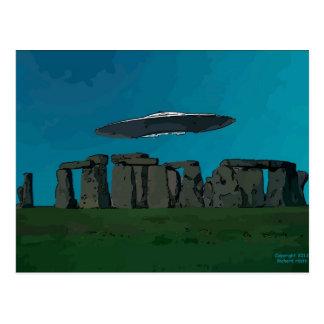 Carte Postale UFO chez Henge en pierre