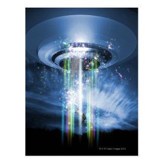 Carte Postale UFO planant au-dessus de la terre tout en enlevant