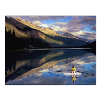 Carte Postale Un rameur sur le lac Banff dans M. du Canada)