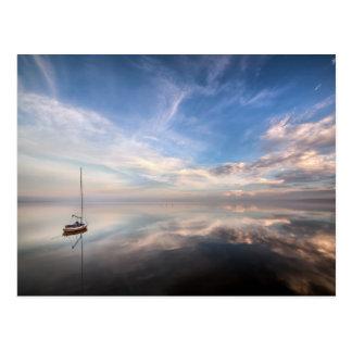 Carte Postale Un voilier solitaire sur les eaux calmes de Salton