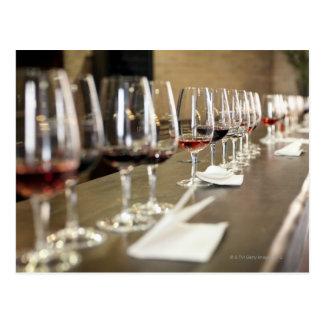 Carte Postale Une longue rangée des verres de vin a installé