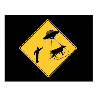 Carte Postale Vache à signe de route et UFO
