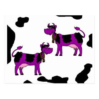 Carte Postale Vache pourpre avec l'arrière - plan noir et blanc