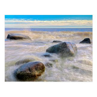 Carte Postale Vagues se brisant sur des roches de rivage