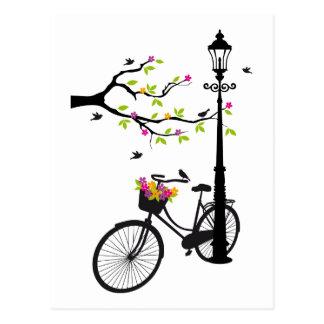 Carte Postale Vieille bicyclette avec la lampe, panier de fleur,