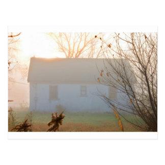 Carte Postale Vieille ferme en brouillard au lever de soleil