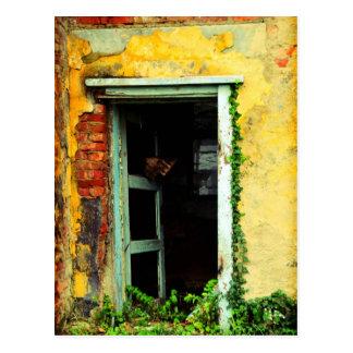 Carte Postale Vieille porte à la maison abandonnée à l'aéroport