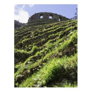 Carte Postale Vieille structure au sommet de colline raide