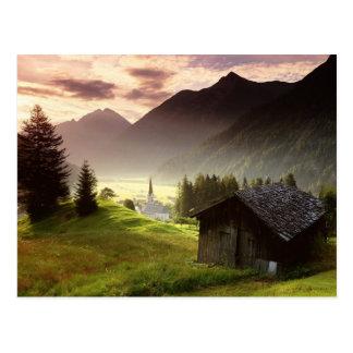 Carte Postale Village de montagne brumeuse du Tyrol Autriche