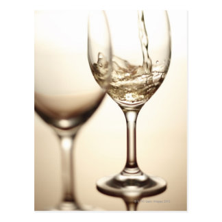 Carte Postale Vin blanc étant versé dans le verre