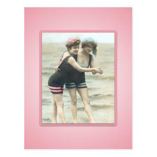 Carte postale vintage de bébés de plage de baigneu