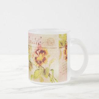 Carte postale vintage de fleur de pensée tasse à café