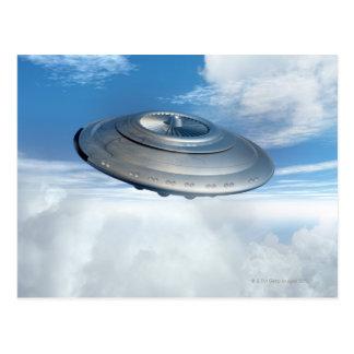 Carte Postale Vol d'UFO par les cieux nuageux
