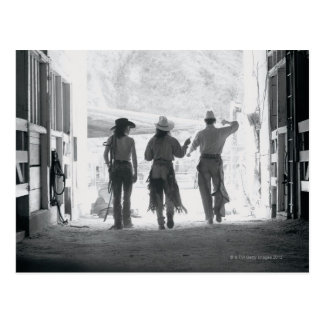 Carte Postale Vue arrière de trois ouvriers agricoles quittant