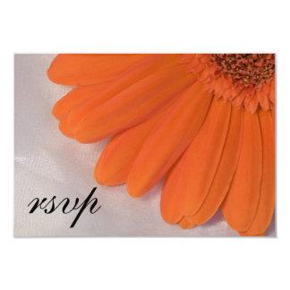 Carte Satin blanc de marguerite orange épousant la