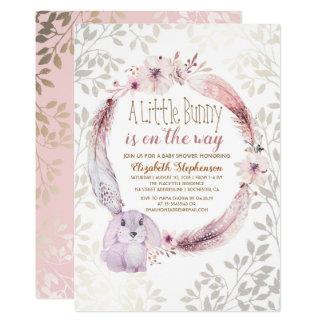 Carte Un petit lapin est sur le baby shower de manière