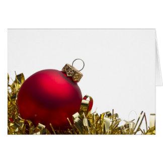 Cartes Babiole de Noël et tresse rouges d'or sur le blanc