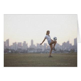 Cartes Ballon de football kneeing de femme en parc urbain