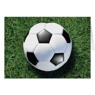 Cartes Ballon de football sur l'herbe verte, plan