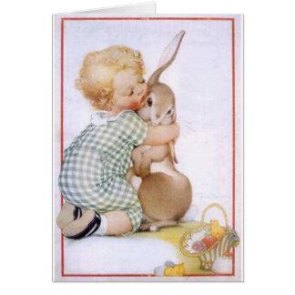 Cartes Bébé étreignant le lapin de Pâques
