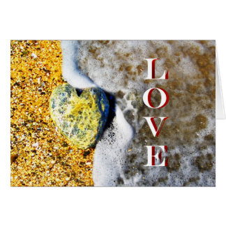 Cartes Caillou en forme de coeur d'amour sur la plage