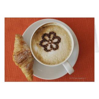 Cartes Cappuccino avec du chocolat et un croissant,